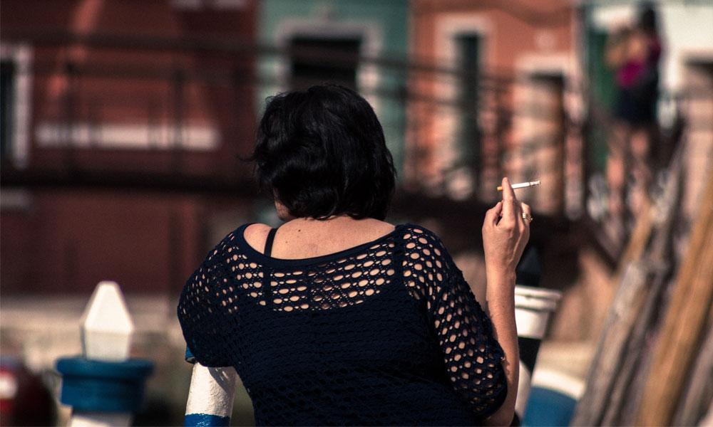 fumar em público em milão